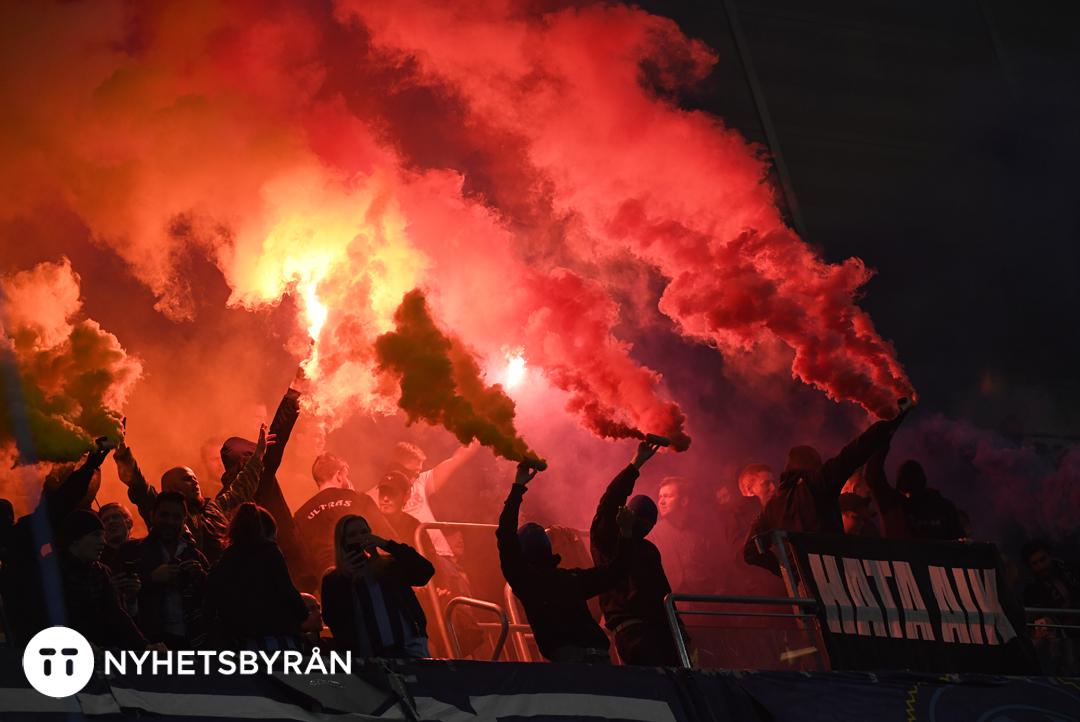 STOCKHOLM 20160921 Rök och bengaler under onsdagens fotbollsmatch i allsvenskan mellan Djurgårdens IF och AIK på Tele2 Arena. Foto: Jessica Gow/TT